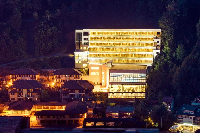 Hotel Nature by night 694x463
