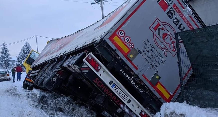kamion snijeg prevrnut